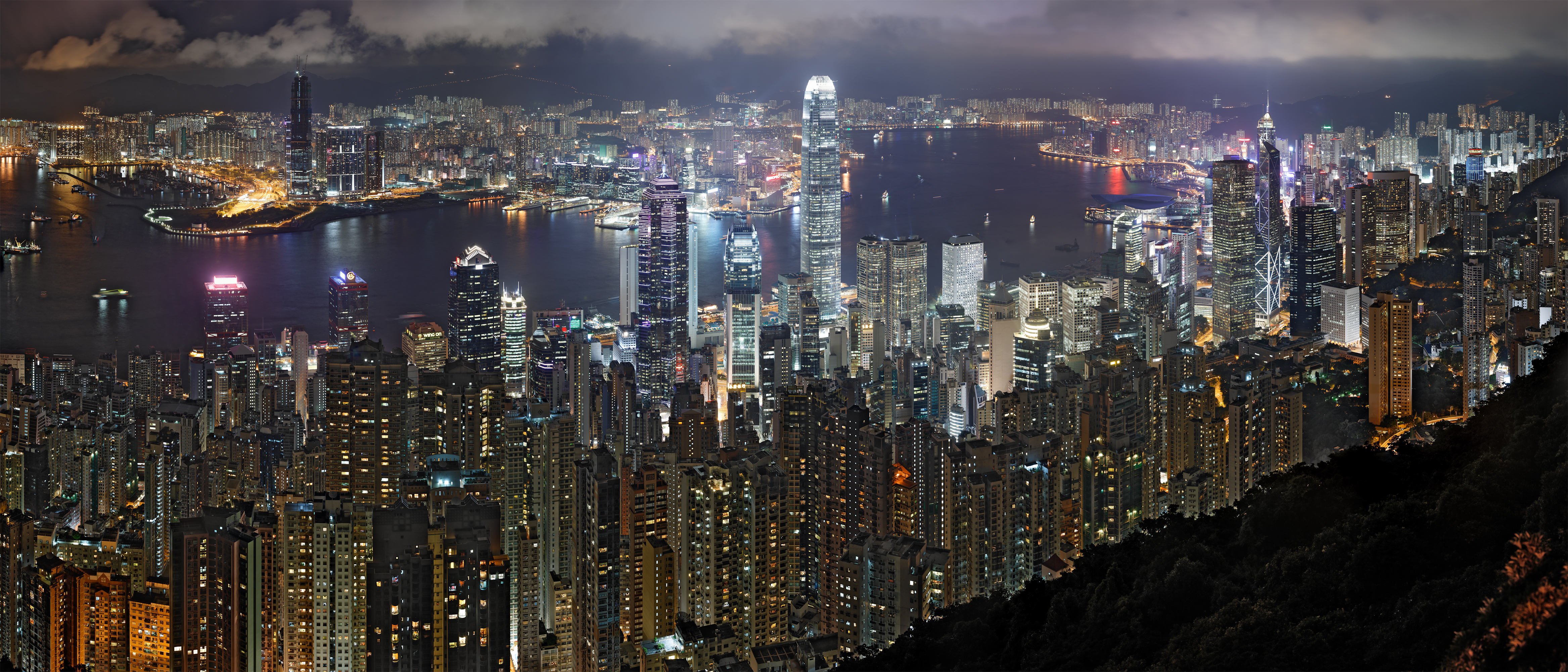Panorama of the Hong Kong night skyline. Taken from Lugard Road at Victoria Peak. Von Base64 - Eigenes Werk, CC BY-SA 3.0, https://commons.wikimedia.org/w/index.php?curid=4235760